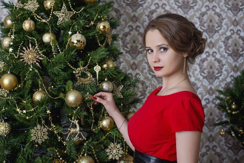 Dziewczyna w czerwonej boże narodzenie sukni fotografia royalty free