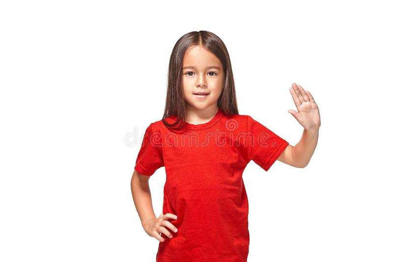 Dziewczyna w czerwonej koszulce pokazuje jej rękę z 5 palcami obrazy stock