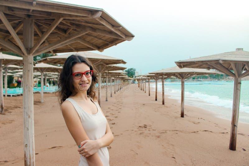Dziewczyna w czerwonych szkłach na wybrzeżu na chmurnym dnia wakacje morzem (wina) Lato, outdoors plażowy krajobrazu fotografia royalty free