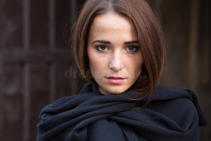 Dziewczyna w depresji na ciemnym tle zdjęcie stock