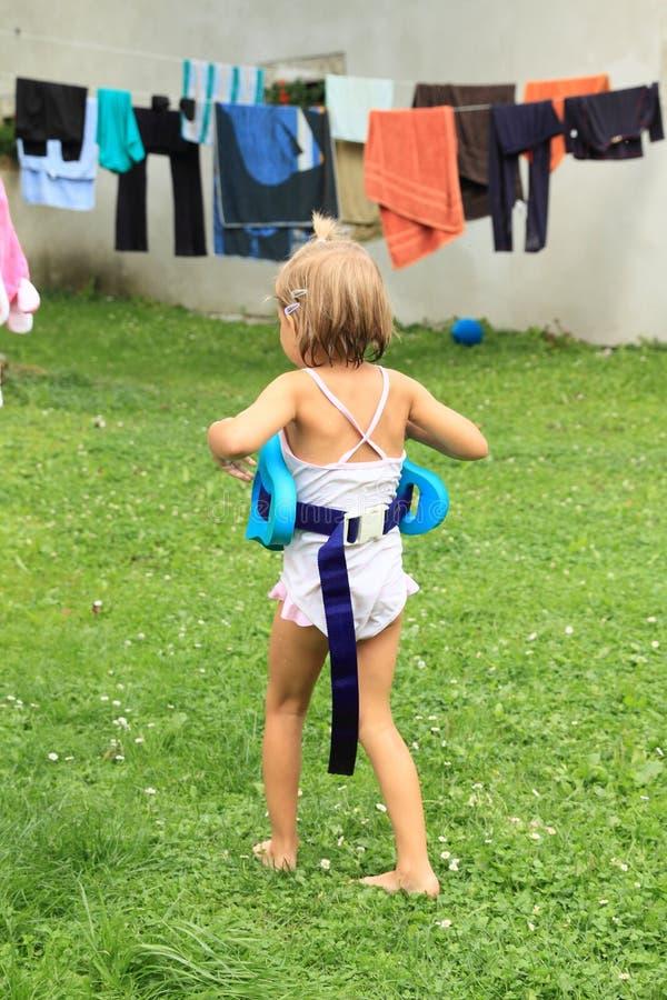 Dziewczyna w dopłynięcie kostiumu fotografia royalty free