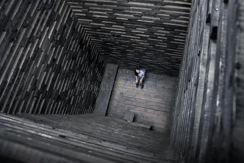Dziewczyna w drewnianym dobrze Samotno?? i rozpacz Dziwaczna archetekturnoe budowa obrazy stock