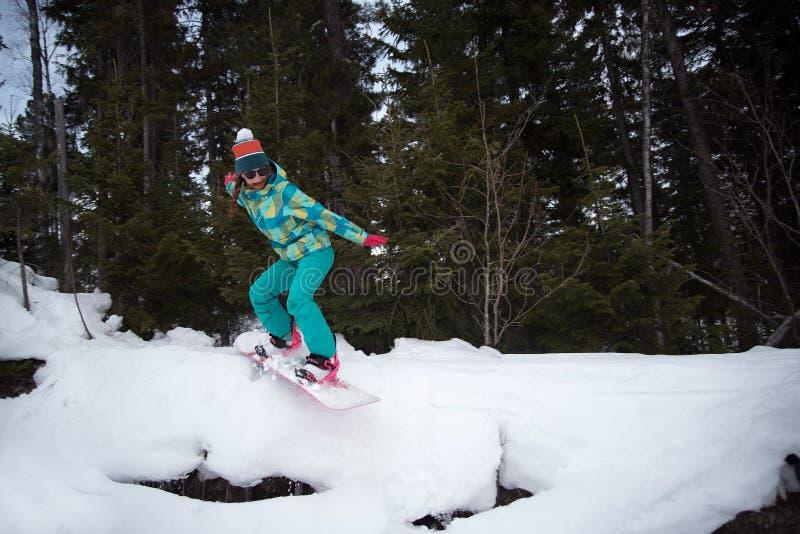 Dziewczyna w drzewa jazda na snowboardzie obraz royalty free
