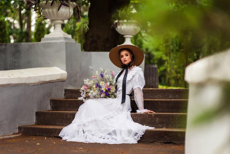 Dziewczyna w dziejowej sukni fotografia stock