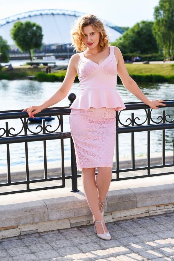 Dziewczyna w eleganckim kostiumu na moscie blisko rzeki w Europejskim mieście zdjęcie stock