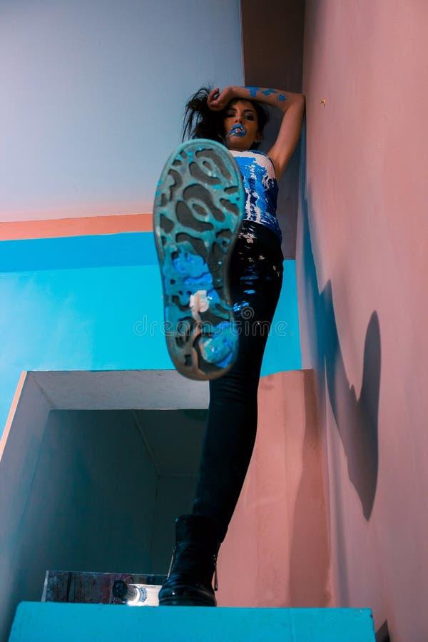 dziewczyna w farbie nalewa buty na wierzchołku fotografia stock
