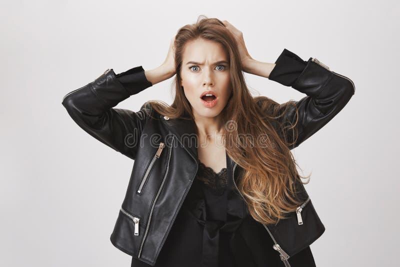 Dziewczyna w furii, szokujący wiadomość słuchał Portret zadziwiać ogłuszone piękne caucasian kobiety mienia ręki dalej zdjęcie stock