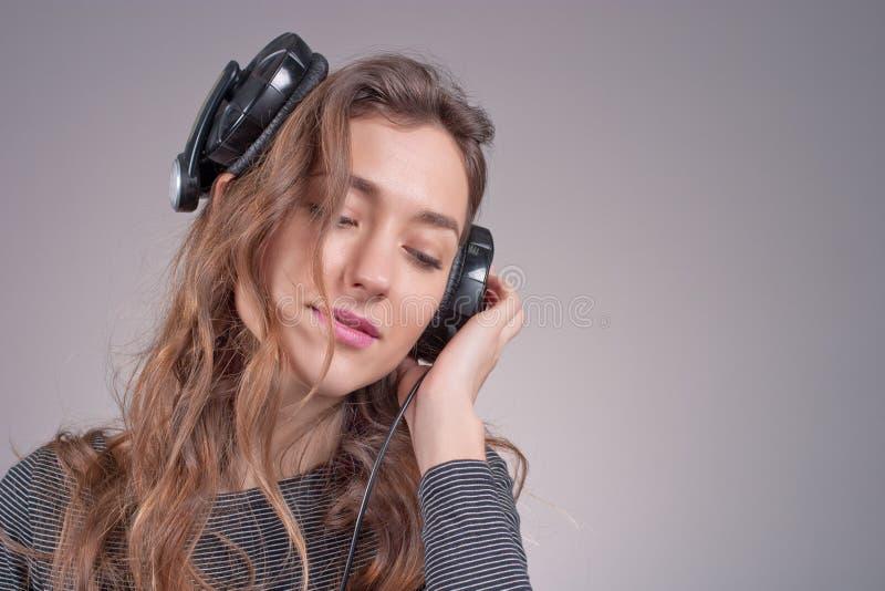Dziewczyna w hełmofonach obrazy stock