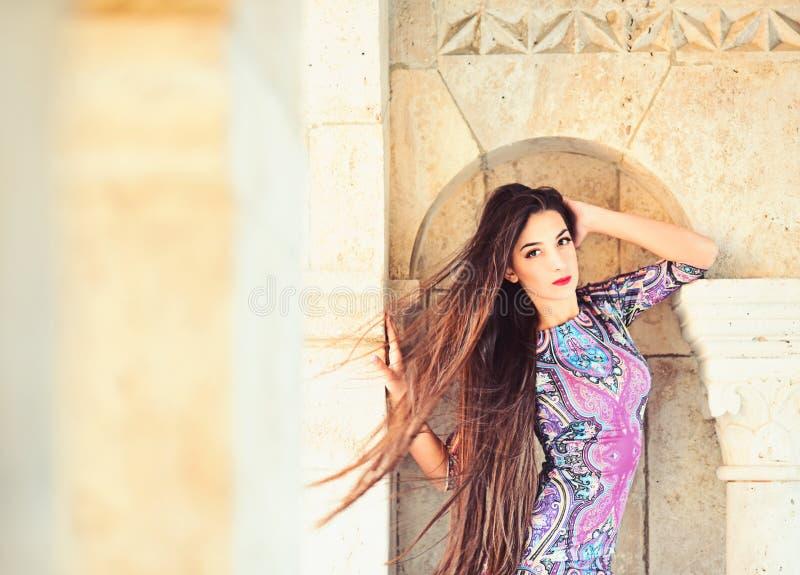 dziewczyna w hindusa stylu sukni w kasztelu dziewczyna z długim brunetka włosy przy kamienistą ścianą, kopii przestrzeń obrazy stock