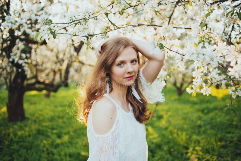 Dziewczyna w jabłczanym sadzie zdjęcie royalty free
