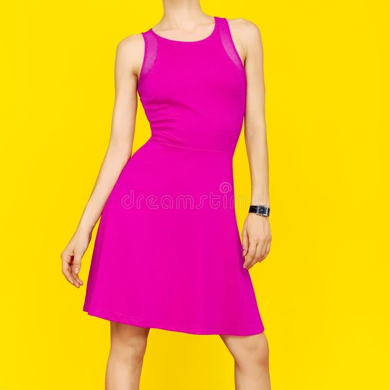 Dziewczyna w jaskrawej różowej lato sukni fotografia stock