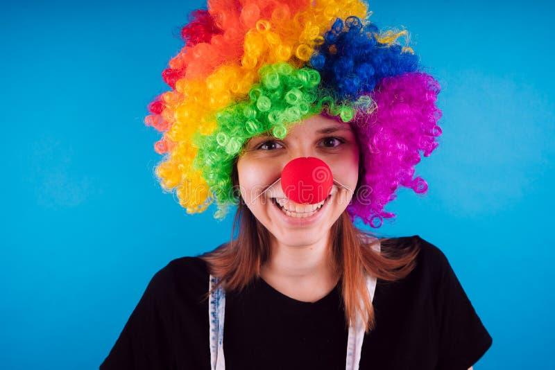 Dziewczyna w jaskrawym wizerunku błazen emocjonalny portret uczeń costumed prezentacja dziecko animator zdjęcia stock