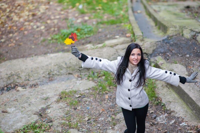 Dziewczyna w jesień lasowym portrecie piękna, marzycielska i rozochocona dziewczyna z długim falistym włosy w białym jesień żakie zdjęcie stock
