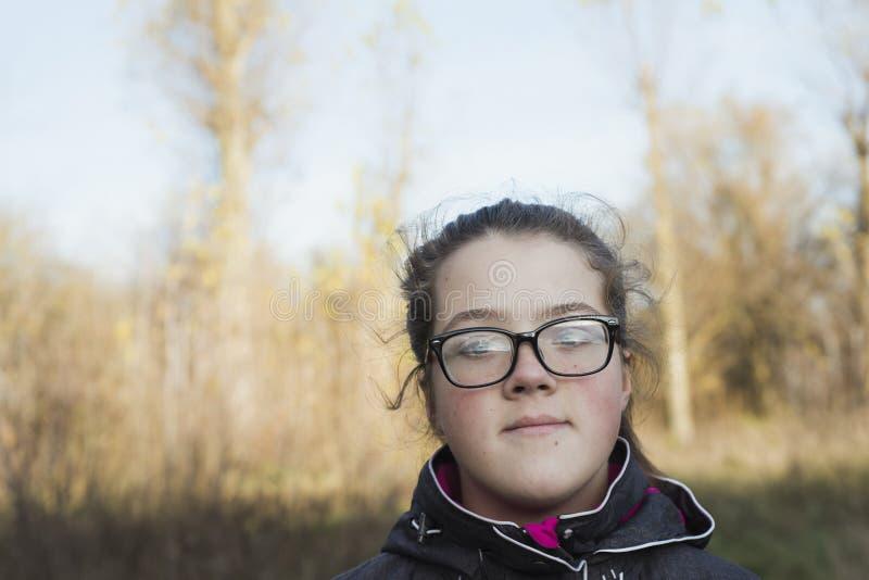 Dziewczyna w jesień lesie fotografia stock