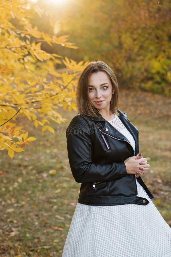 Dziewczyna w jesień parku fotografia stock