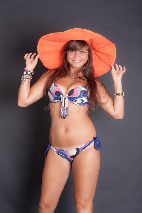 Dziewczyna w kapeluszu i bikini obrazy royalty free