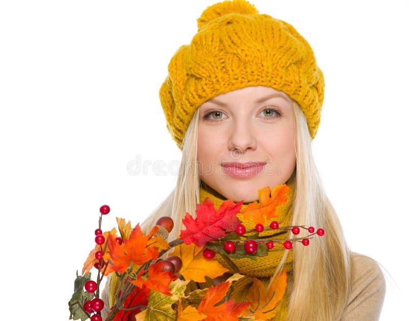 Dziewczyna w kapeluszu i szalika mienia jesieni bukiecie fotografia royalty free
