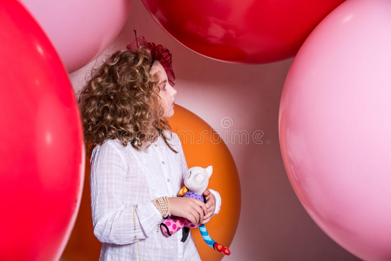 Dziewczyna w kapeluszu wielki łęk na tle jaskrawa guma obrazy stock