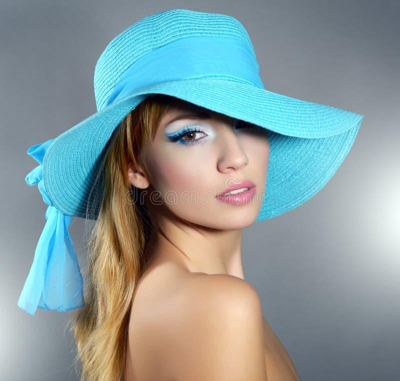 Dziewczyna w kapeluszu z pięknym makijażem fotografia royalty free