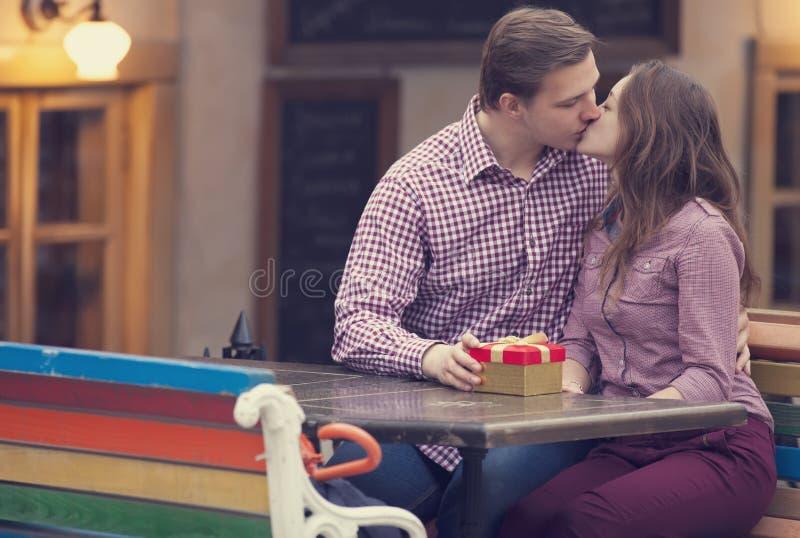 Dziewczyna w kawiarni i młody człowiek zdjęcie royalty free