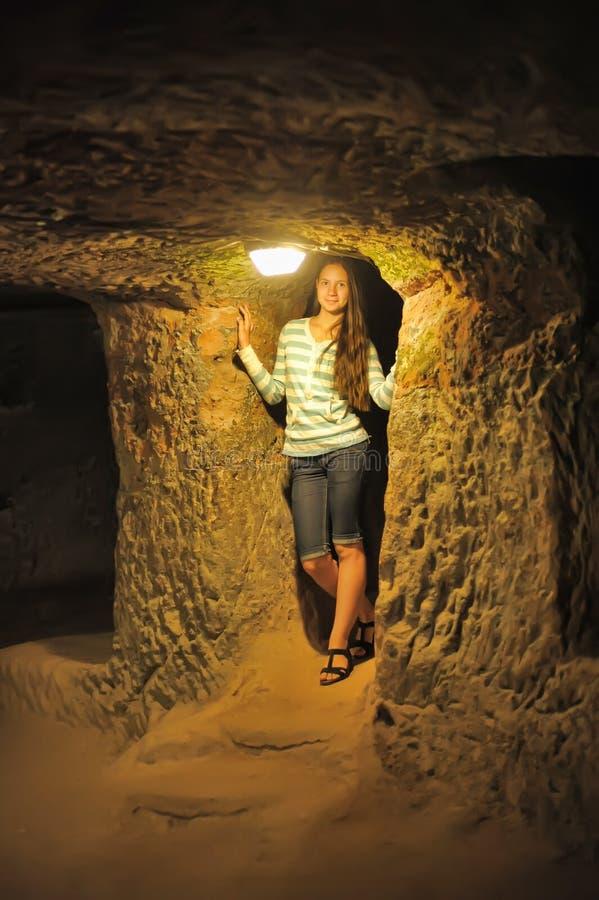Dziewczyna w Kaymakli metra mieście obraz stock