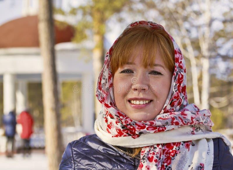Dziewczyna w kolorowym szaliku w wiosna parku obrazy stock
