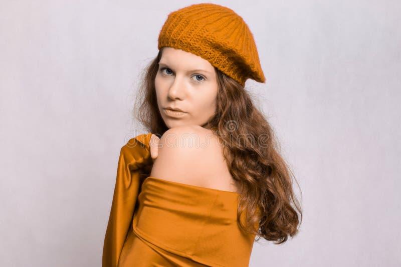 Dziewczyna w kolorze żółtym zdjęcia stock