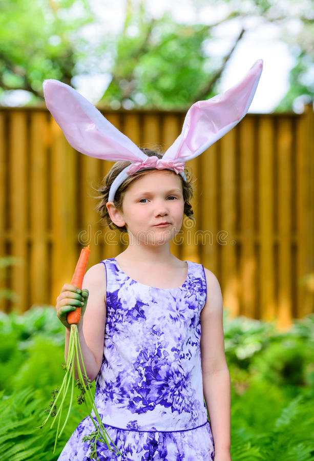Dziewczyna w królików ucho Trzyma marchewki zdjęcia stock