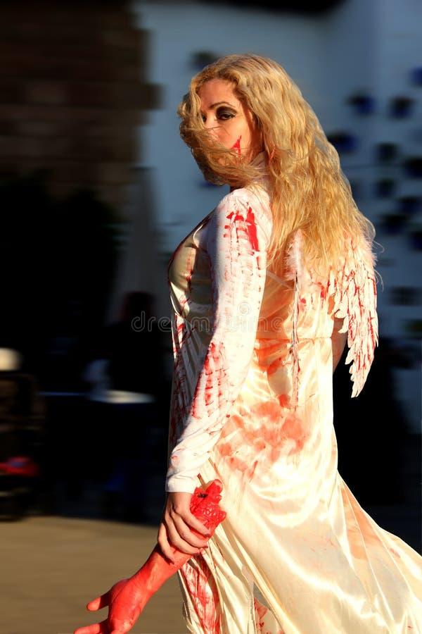 Dziewczyna w krwistym anioła kostiumu na Halloween fotografia royalty free