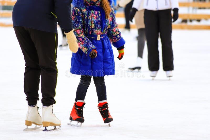 Dziewczyna w kurtce jeździ z mamą w zimowym deszczu Aktywne sporty rodzinne, wakacje zimowe dla dzieci, kluby sportowe fotografia stock