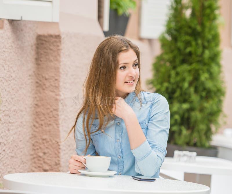 Dziewczyna w lato kawiarni obrazy stock