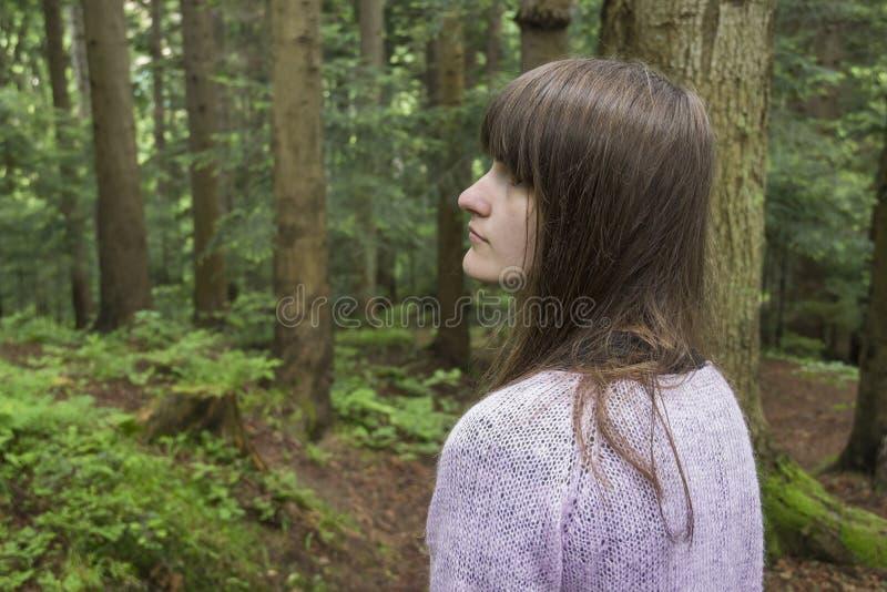 Dziewczyna w lesie zdjęcie royalty free
