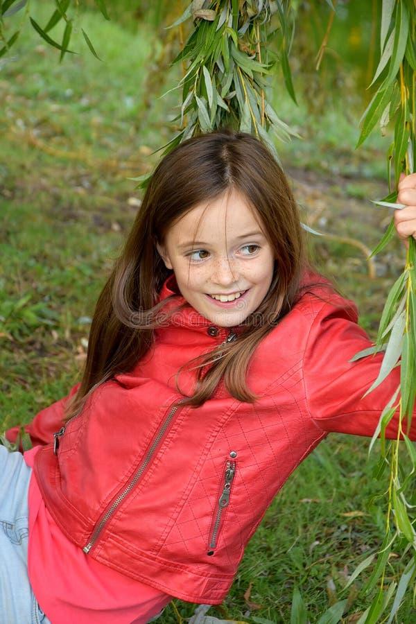 Dziewczyna w liściach płacząca wierzba obrazy royalty free