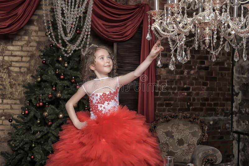 Dziewczyna w mądrze czerwieni sukni zdjęcia royalty free