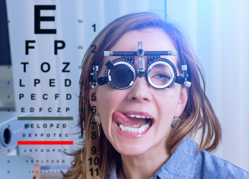 Dziewczyna w messbrille szkłach w okulistyki klinice obrazy royalty free