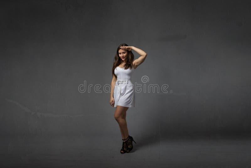 Dziewczyna w militarny salutować zdjęcia stock