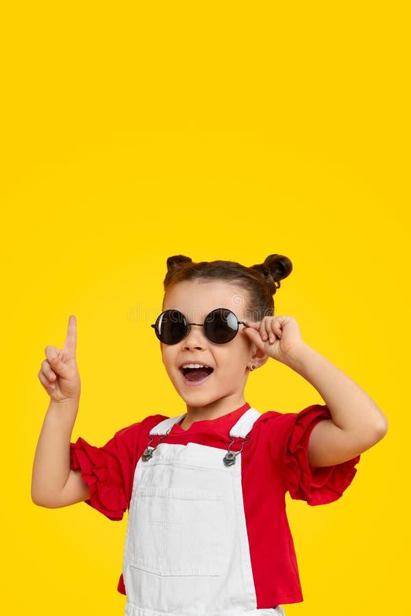 Dziewczyna w modnych okularach przeciwsłonecznych ma pomysł obraz royalty free