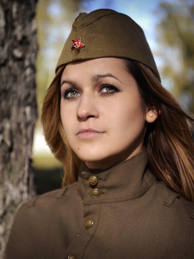 Dziewczyna w mundurze czerwony wojsko obraz stock
