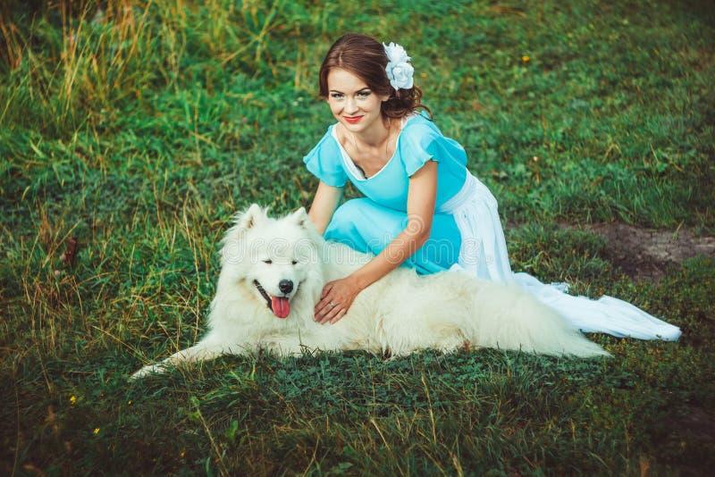 Dziewczyna w naturze z psem zdjęcia stock