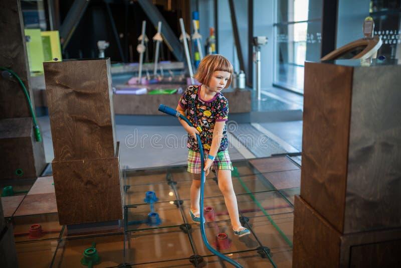 Dziewczyna w nauki muzeum zdjęcia royalty free