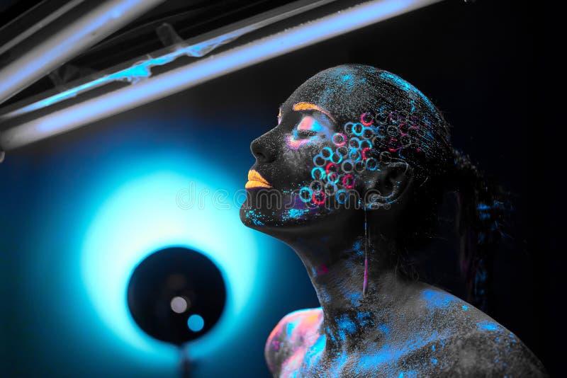 Dziewczyna w neonowej ciało sztuce fotografia stock