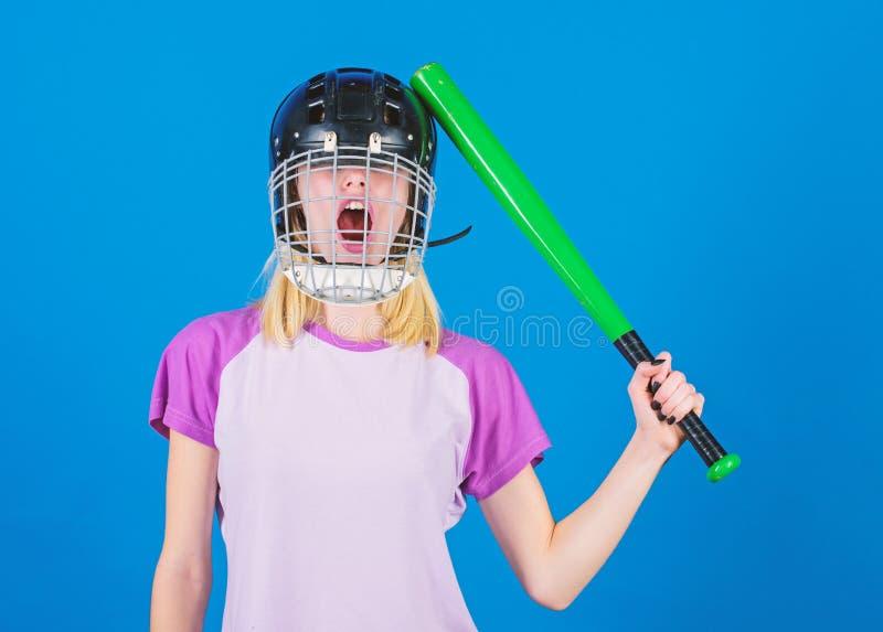 Dziewczyna w?a?nie chce zabaw? Sztuki gra dla zabawy Kobieta ma zabaw? podczas baseball gry Dziewczyny blondynki odzie?y ?adny ba obraz stock