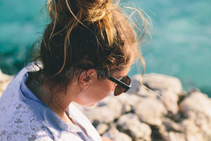 Dziewczyna w okularach przeciwsłoneczne zdjęcie stock