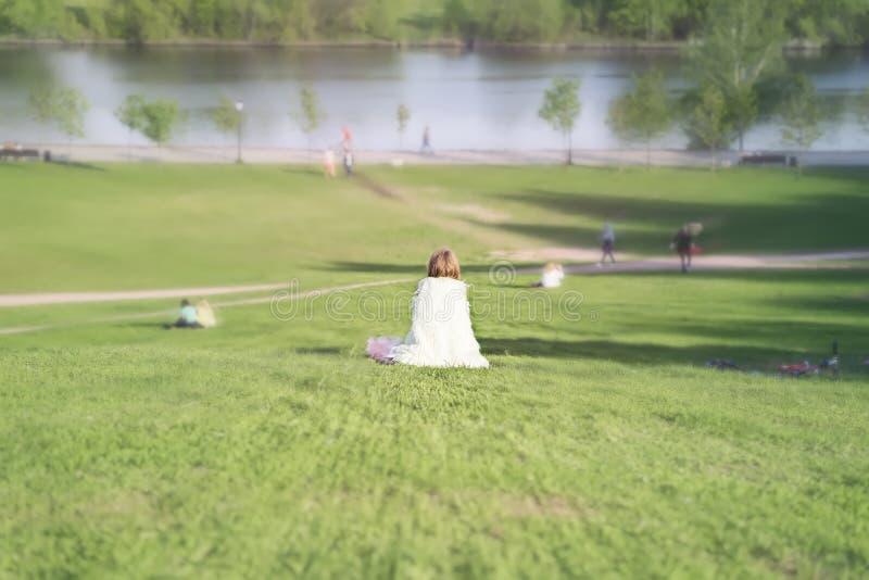 Dziewczyna, w ona odzieżowy patrzeć jak biały anioł dalej, siedzi z powrotem zdjęcie stock