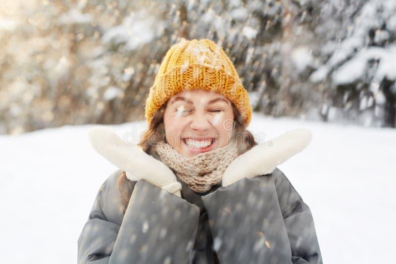 Dziewczyna w opadzie śniegu zdjęcia royalty free