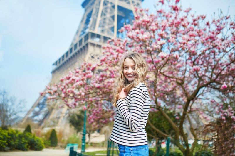 Dziewczyna w Paryż blisko wieży eifla i menchii magnolia w pełnym kwiacie obrazy royalty free