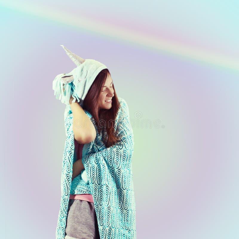 Dziewczyna w piżamy jednorożec Cukierku przyjęcia styl obraz stock
