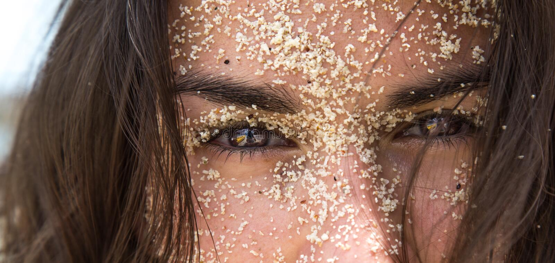 Dziewczyna w piasku obraz stock