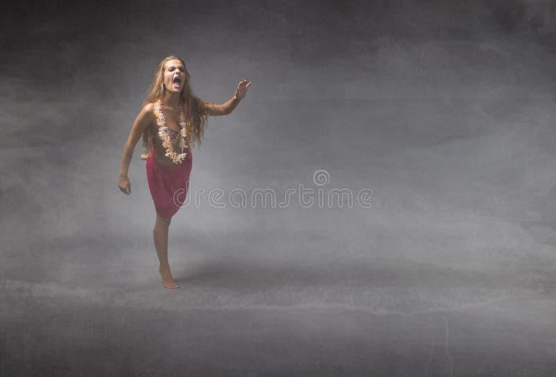 Dziewczyna w plaży sukni wrzasku i bieg obraz stock