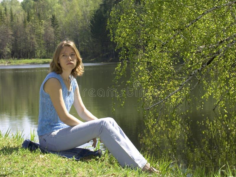 Download Dziewczyna W Pobliżu Stawowy Lokalizacji Obraz Stock - Obraz złożonej z al, wiosna: 131759
